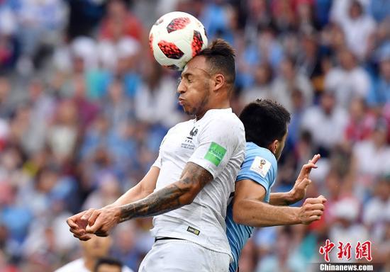 法国队2:0轻取乌拉圭晋级四强。 中新社记者 毛建军 摄