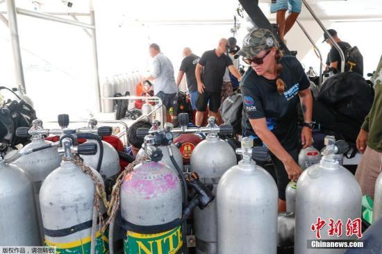 当地时间2018年7月7日,泰国吉岛海域附近,潜水员检查船上的氧气罐,准备进行搜救工作。当地时间7月5日17时45分许,两艘载有中国游客的游船在泰国普吉岛附近海域突遇特大暴风雨发生倾覆事故。截至目前,船上127名中国游客中,16人死亡、33人失踪,另有78人获救,受伤游客已送当地医院治疗。