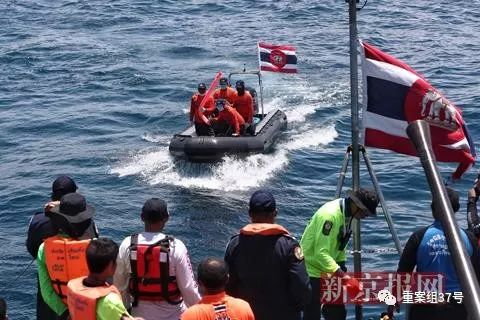 普吉沉船生还者:海上漂流15小时 累了就喝口海水