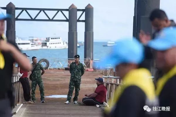 新闻客户端  当地时间2018年7月7日,泰国普吉岛,沉船事故搜救工作持续