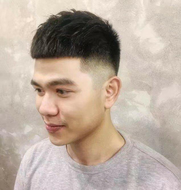 男生头发又硬又多,还往前长,留什么发型好?