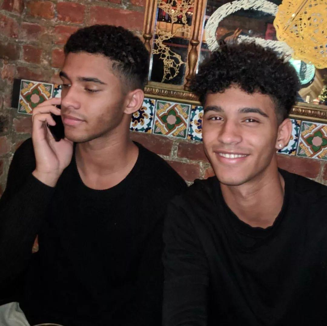 超精致巧克力双胞胎男孩!网红脸超模身材,两个我都非常可以!
