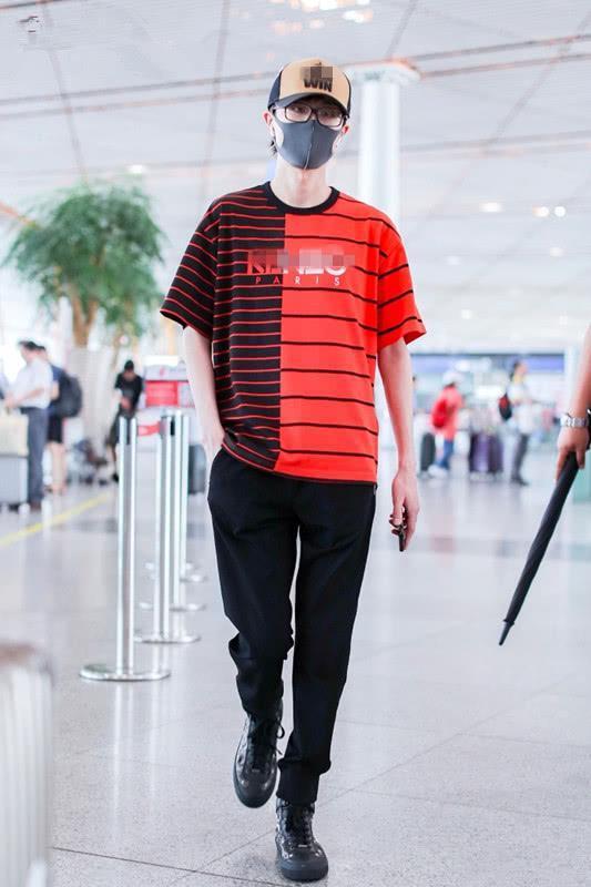 许嵩现身,不愧是佛系音乐才子,发现他的穿衣打扮都很文艺!