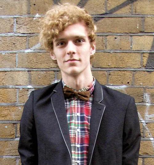 卷发的英伦小帅哥真有爱.金黄色的小卷发,大街小巷都让MM们投来图片