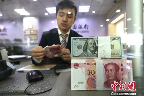 资料图:4月7日,山西太原,银行工作人员正在清点货币。 中新社记者 张云 摄