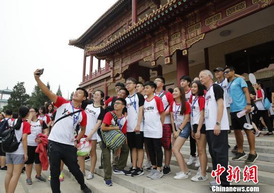 京港青年们拍照。 主办方供图