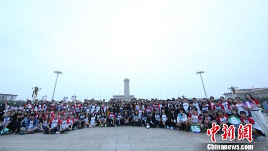 京港青年共同观看升国旗。 杜燕 摄