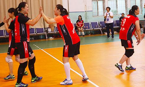 女排奥运冠军退役9年后复出赛场 已是副校长足篮排全能