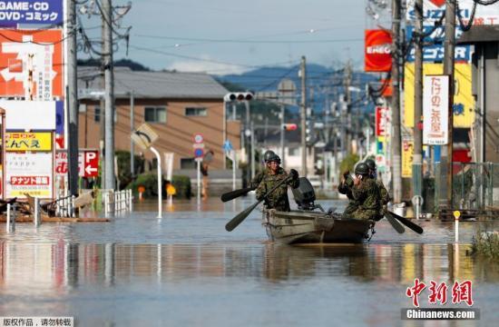 据日媒此前报道称,这波大雨,岐阜县郡上市蛭野从本月3日开始下雨以来,雨量已超过1024.5毫米。其他各地从开始下雨以来,京都府宫津市观测到的雨量466毫米、神户市430毫米、冈山市310.5毫米,约是往年7月一整个月份雨量的2倍至近3倍。图为日本自卫队在仓敷市进行搜救工作。