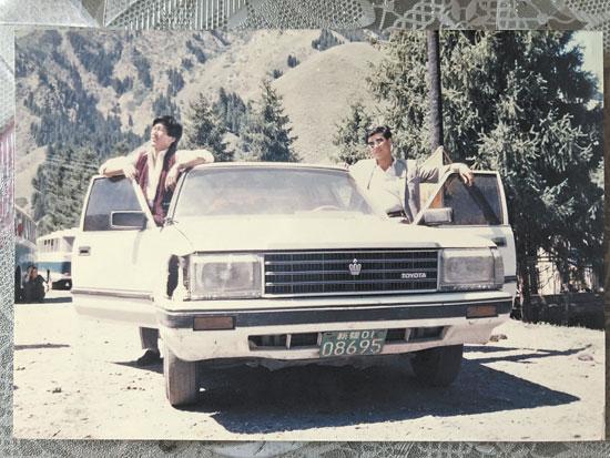 1984 年,左立言(右)和出租车合影。(受访者供图)