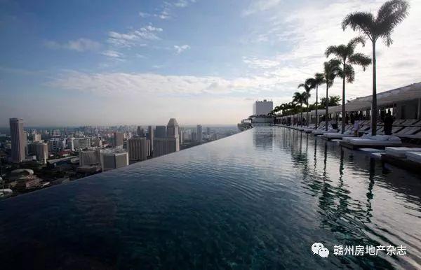 蓝湾半岛泳池是赣州首家无边际泳池,它坐落在贡江河畔,置身其中,不仅