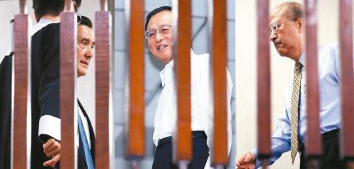 """台北地检署侦办""""三中案""""及国民党""""贱卖""""党产案期间,以被告身份被传唤的马英九(左起)、张哲琛、汪海清。台湾《联合报》资料图"""