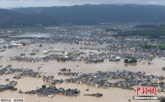 当地时间7月8日,日本冈山县仓敷市大面积被淹,航拍画面显示,众多民宅被洪水围困。日本连日来的暴雨灾情,已经造成70人死亡,在北陆到九州地区的23个府县,总计向约190万户的约430万人发出了疏散指示或建议。