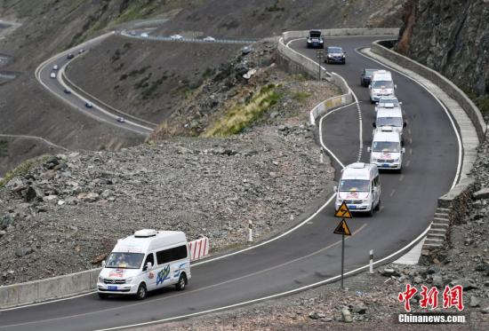 7月8日,百余辆自驾车集结新疆独山子穿越最美独库公路。<a target=