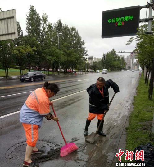 环卫工人进行道路清淤工作。成都市城管委