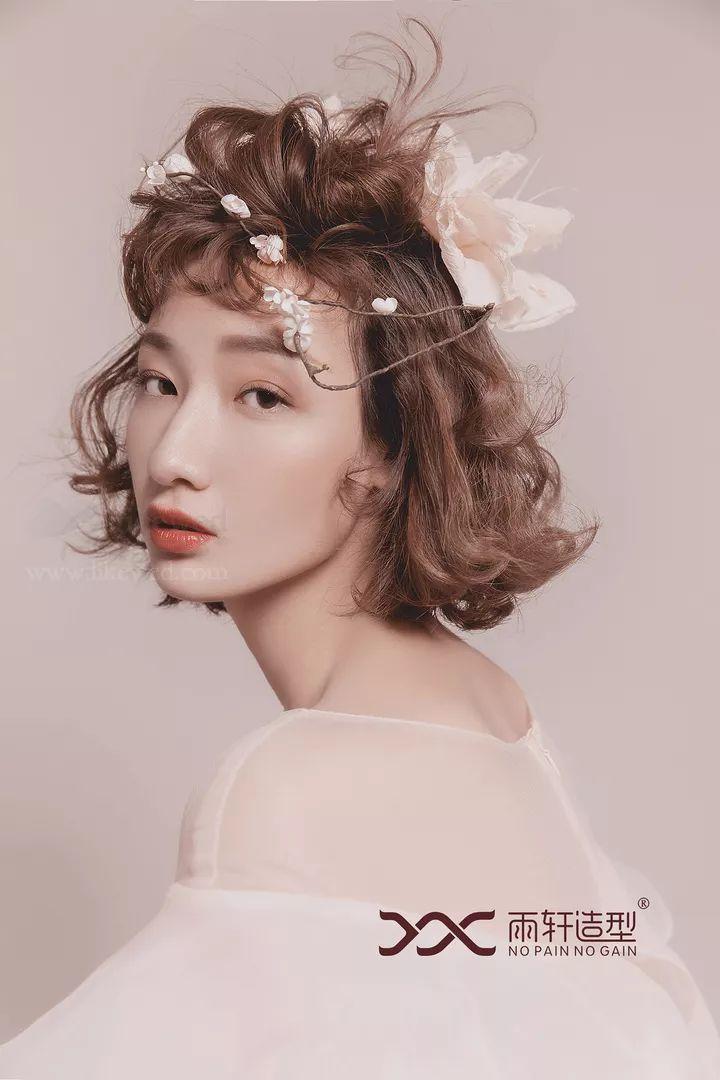 通过技术,短发新娘可以完成盘发.