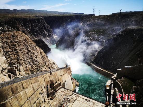 """龙羊峡位于青海共和县境内,是黄河上游第一座大型梯级电站,被誉为万里黄河第一坝,有""""龙头""""电站之誉。中新社发 钟欣 摄"""