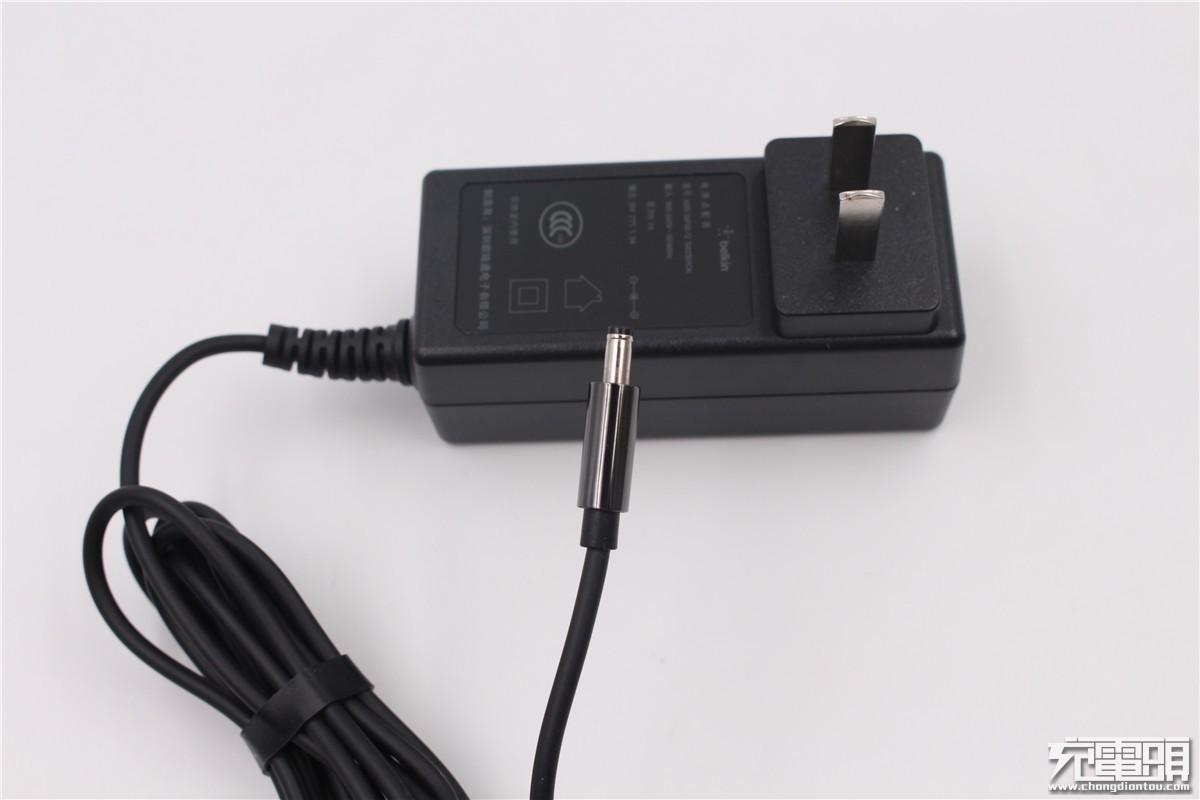 标配的电源适配器个头比较大,线缆与适配器不可分离,采用的是圆头输出