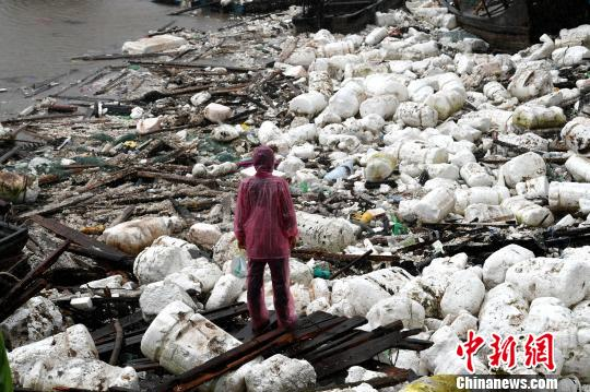 图为三都澳渔排遭强风吹毁。 王东明 摄