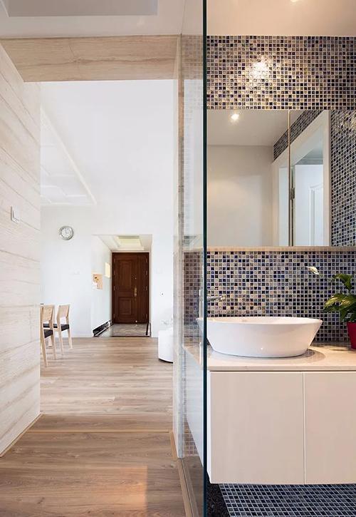 卫生间做好干湿分离后,洗漱台单独设计在外面,仅用一面玻璃墙隔开