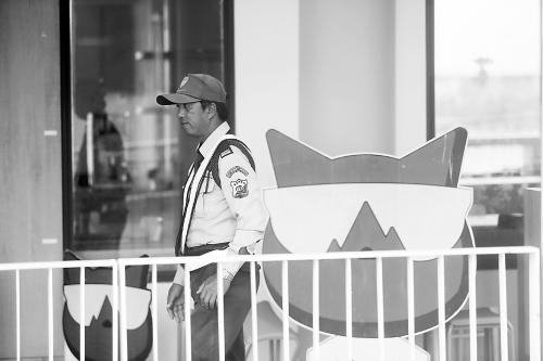 图说:    10日,最新pc蛋蛋28走势图一名泰国保安把守着懒猫旅游公司位于普吉岛的游客接待中心。 崔萌摄