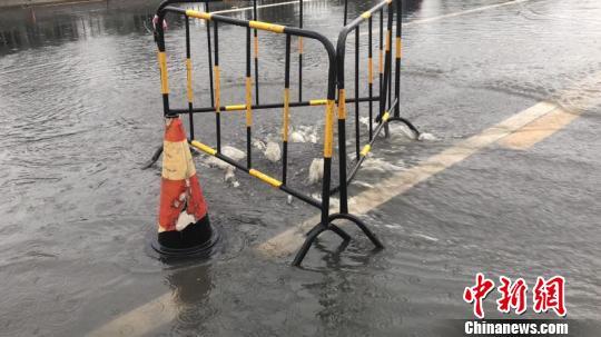 截至11日12:30,成都市各井盖管理部门及单位共计维护问题井盖124座,设置安全警示标志111个。成都市城管委