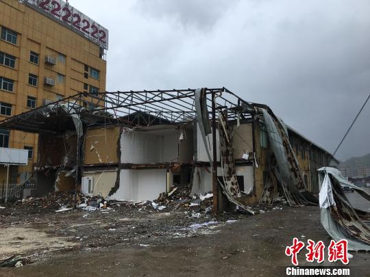 图为建筑物损毁。 吕巧琴 摄