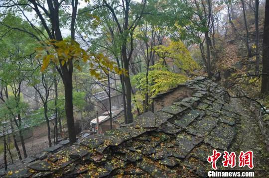 为方便出行,神龙湾村的村民们在高约百丈的悬崖绝壁山开凿出一段羊肠小。 山西省旅发委供图 摄