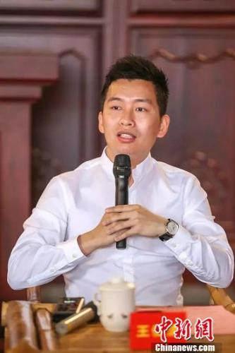 """利郎(中国)有限公司董事长、创始人王冬星之子王俊清:""""父亲跟我说过一句话,一辈子只做一件事,一件事做好了,你就成功了。""""晋宣 摄"""