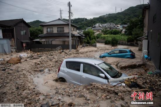 当地时间7月8日,日本广岛,暴雨引发洪水汽车被泥沙淹没。