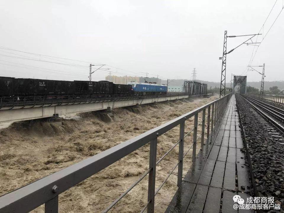 """""""抖音""""点赞超百万!8000吨火车压桥抗洪?官方回应来了…"""