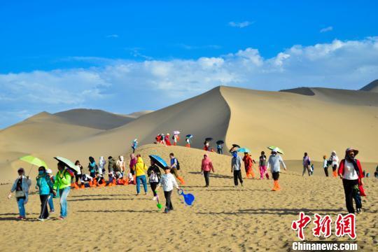图为前来体验大漠风光的游客。 王斌银 摄
