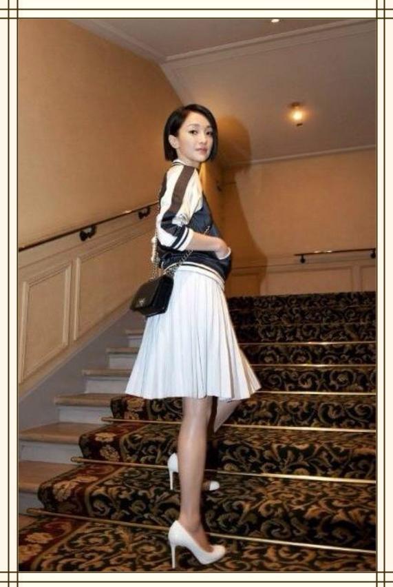 帅气的外套搭配上白色的裙子,看起来别具几分个性,让周迅看起来既干练又柔美,具有很好的吸睛效果,显得很是与众不同。