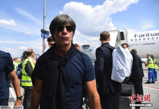 德国队小组赛出局回国,众将机场难扫一脸愁容。图为德国队主教练勒夫。