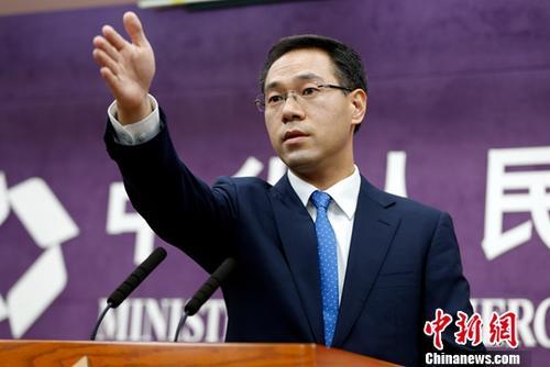 7月5日,中国商务部在北京举行例行新闻发布会。商务部新闻发言人高峰在发布会上就相关问题表明中方立场:面对威胁不低头;捍卫自由贸易不动摇;不打贸易战第一枪。<a target=