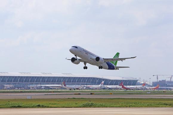 图片说明:c919大型客机102架机从上海浦东机场起飞(摄影:周家豪)