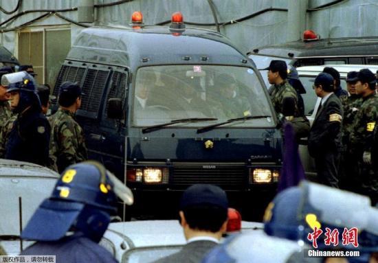 1986年麻原彰晃购买武器和制造武器的机械,藏在山梨县的邪教基地,偷偷制造毒气。图为2018-07-21,麻原彰晃被捕。