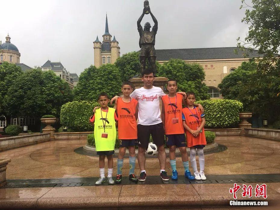 迪力夏提和他的学生们。图片提供:迪力夏提