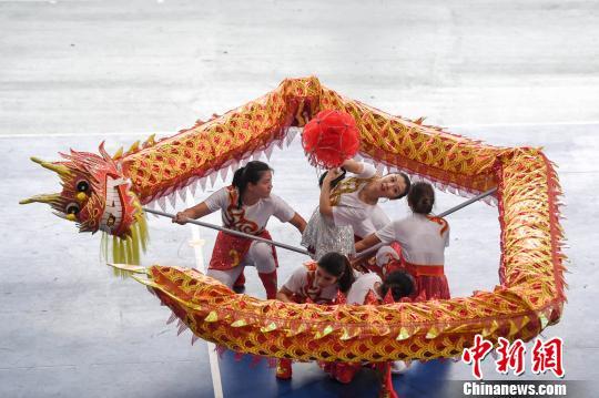 广州大学的女研究生进行五人龙比赛。 杨华峰 摄