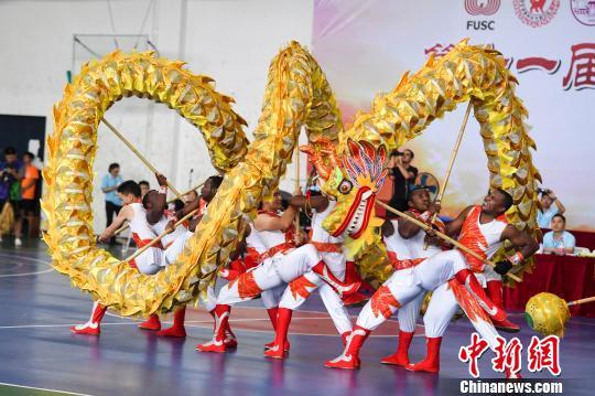 中南大学的留学生们进行舞龙自选套路的比赛。 杨华峰 摄