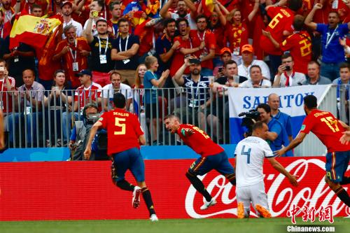 与西班牙的1/8决赛,俄罗斯后卫伊格纳舍维奇打进一记乌龙球。<a target='_blank' href='http://www.chinanews.com/'>中新社</a>记者 富田 摄