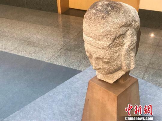 这尊北魏时期的石雕天王头像保存基本完好,高26.5厘米,宽12厘米,厚17厘米。 胡健 摄
