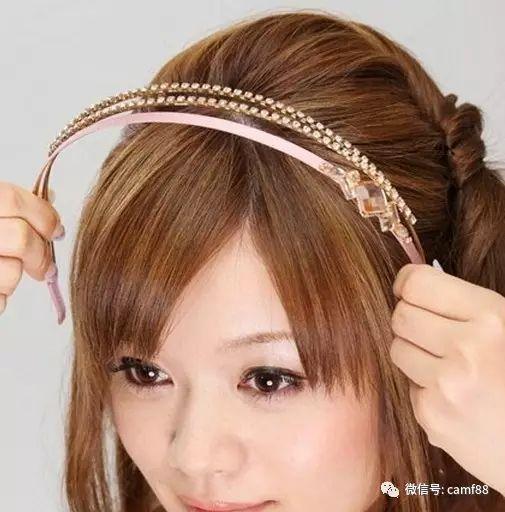 女生短发发型扎法步骤五:选择适合自己的发箍戴上去,这样完成了,真的