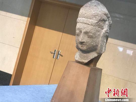 7月13日,美国华裔王纯杰夫妇将一件北魏时期的石雕天王头像捐赠予山西博物院。 胡健 摄