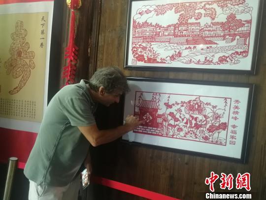 7月13日,在位于江西上饶市横峰县的中国剪纸文化展示馆,奥利维???戈舒??对于中国的剪纸艺术产生极大的兴趣。 苏路程 摄