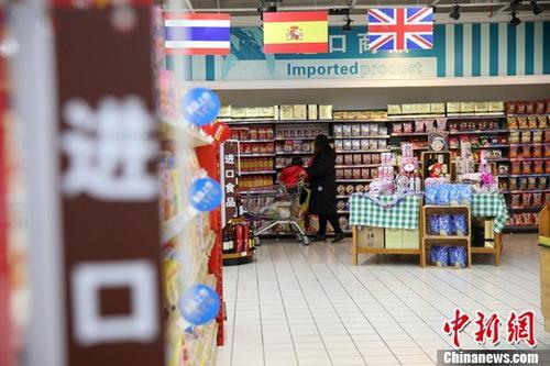 资料图:民众在超市选购进口商品。<a target='_blank' href='http://www.chinanews.com/'>中新社</a>记者 张云 摄