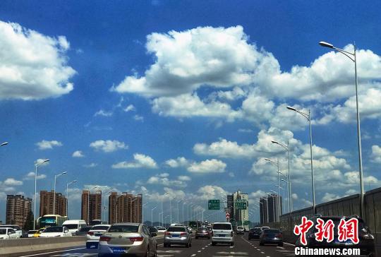 放眼城市每一个角度都是白云朵朵。 泱波 摄