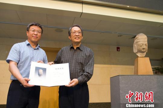 山西博物院向美籍华裔王纯杰颁发捐赠证书。 张云摄