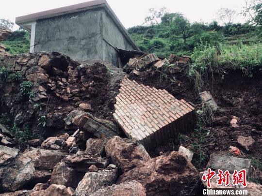图为被暴雨冲毁的民房。 李腊梅 摄