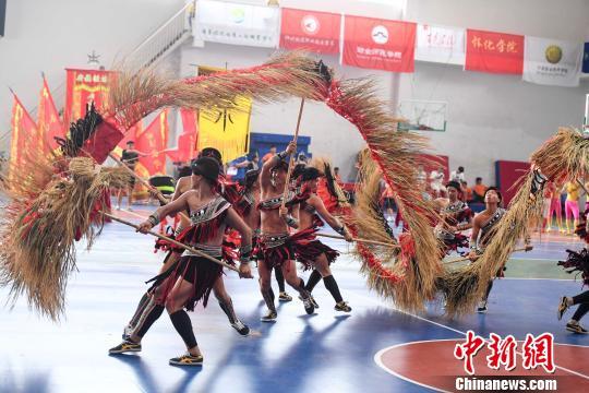 广西科技师范学院选手舞起了稻草龙。 杨华峰 摄